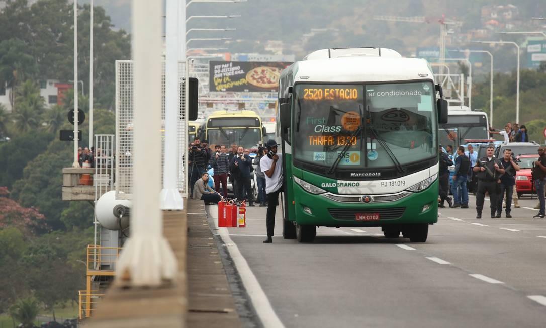 O sequestrador do lado de fora do ônibus Foto: Fabiano Rocha / Agência O Globo