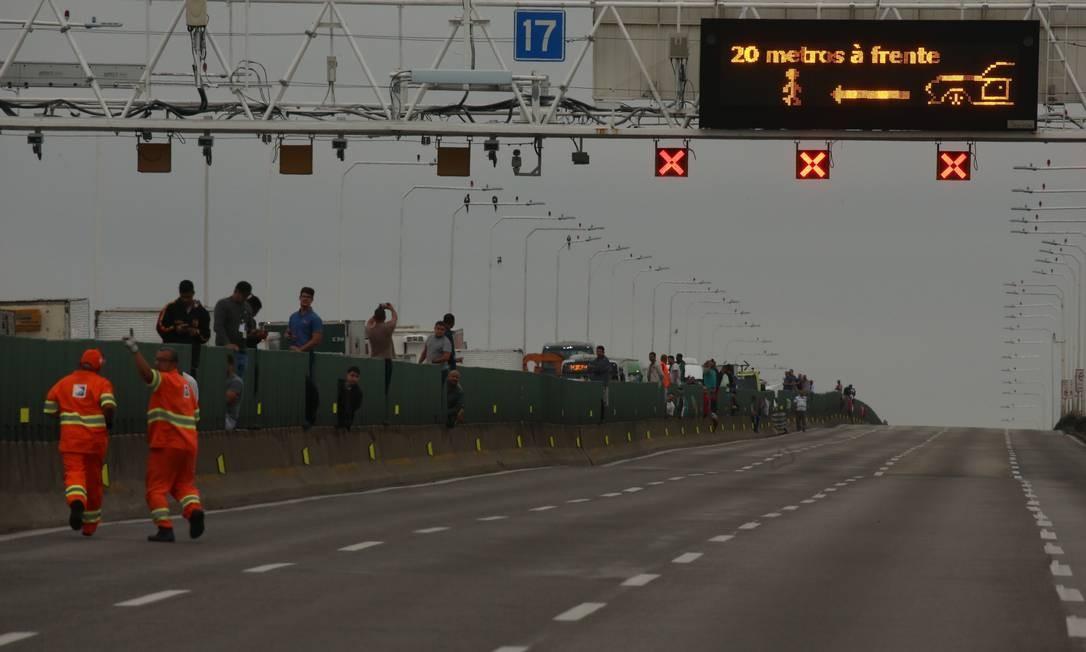 Passageiros e motoristas que estão presos no congestionamento na mureta divisória Foto: Fabiano Rocha / Agência O Globo
