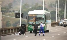 Refém liberada desmaia ao sair do ônibus Foto: Fabiano Rocha / Agência O Globo