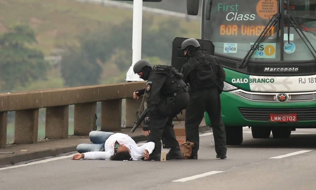 Refém deitada no chão Foto: Fabiano Rocha / Agência O Globo