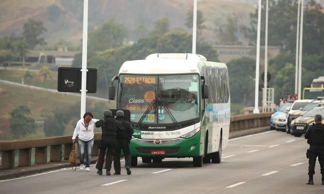 Momento em que outra refém é liberada Foto: Fabiano Rocha / Agência O Globo