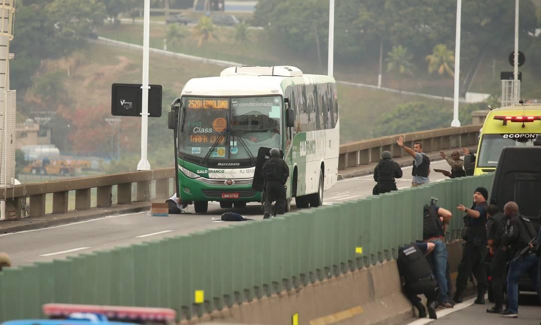 Sequestrador é baleado após manter reféns em ônibus Foto: Fabiano Rocha / Agência O Globo