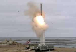 Foto divulgada pelo Departamento de Defesa dos Estados Unidos mostra o míssil testado na Califórnia Foto: SCOTT HOWE / AFP