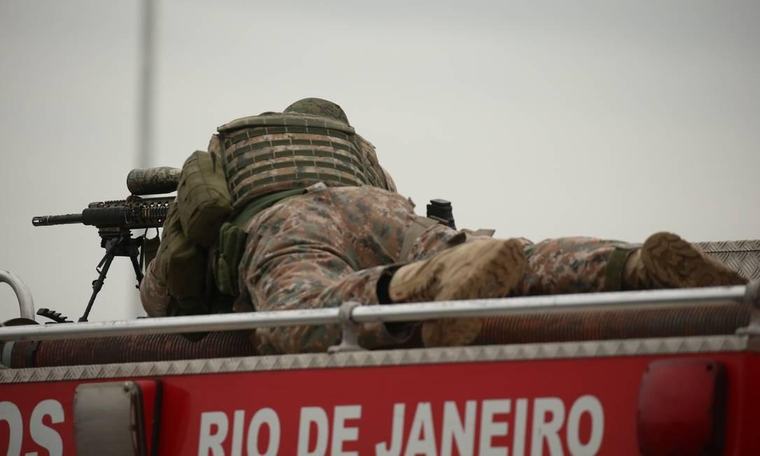 Sniper espera a hora de atirar Foto: Fabiano Rocha / Agência O Globo