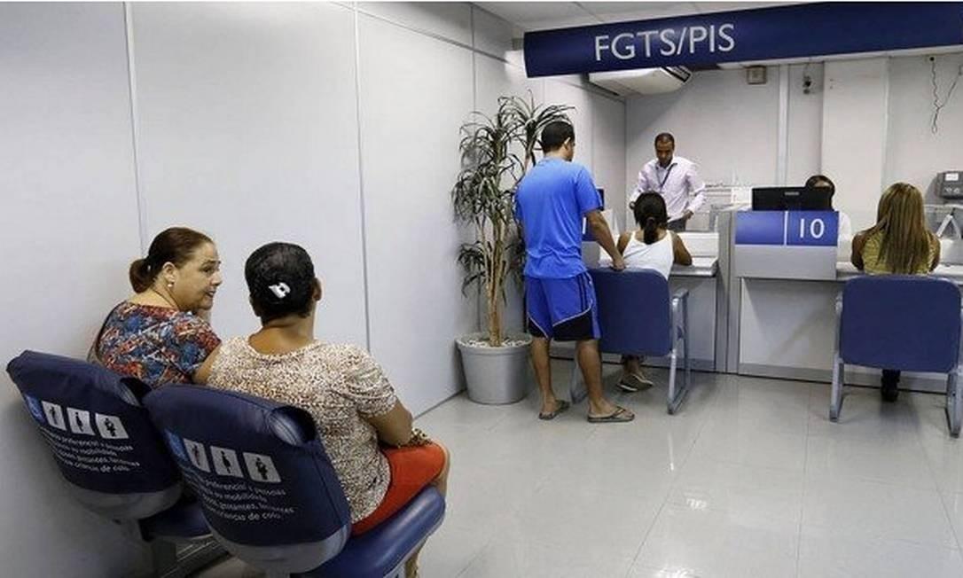 Para ter acesso ao saldo do fundo, o trabalhador precisa comparecer a uma agência da Caixa ou acessar a internet Foto: Ana Nascimento/Agência O Globo
