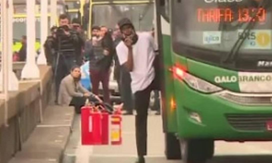 O sequestrador de ônibus na Ponte Rio-Niterói, que acabou morto pela polícia Foto: Reprodução/TV Globo