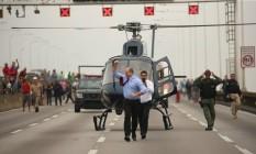 Na foto, o governador Wilson Witzel após descer de helicóptero na Ponte. Foto: Fabiano Rocha / Fabiano Rocha