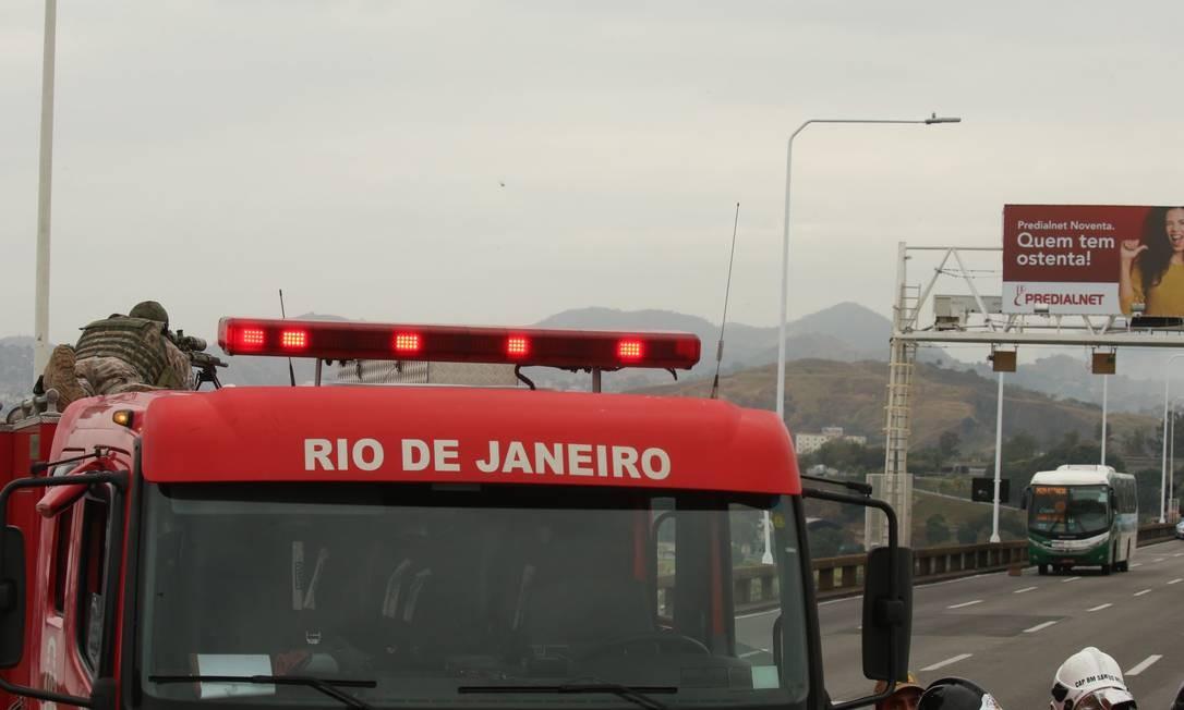 Atirador posicionado e o ônibus com os reféns ao fundo Foto: Fabiano Rocha / Agência O Globo