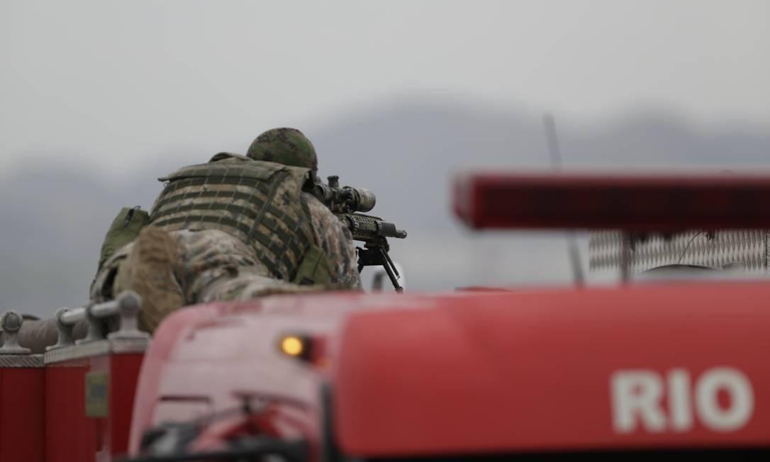 Sniper espera a hora de atirar Foto: Gabriel Paiva / Agência O Globo