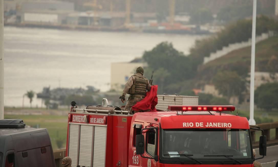 O sniper se cobre com a manta para se camuflar e não chamar atenção do sequestrador Foto: Fabiano Rocha / Agência O Globo