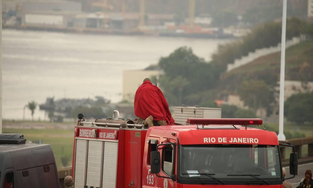 Já coberto, ele começa a se posicionar para escolher a melhor posição Foto: Fabiano Rocha / Agência O Globo