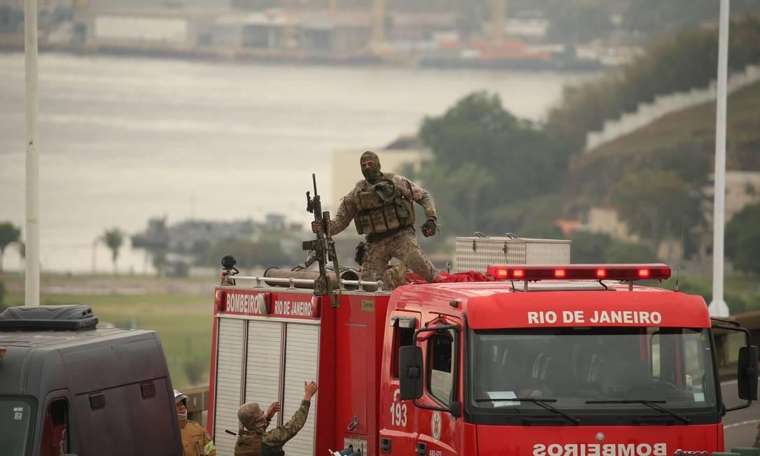 Após atingir o sequestrador, policial desce do carro dos bombeiros Foto: Fabiano Rocha / Agência O Globo