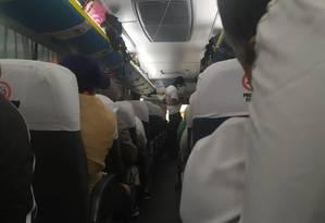 O sequestrador dentro do ônibus com os reféns Foto: Reprodução