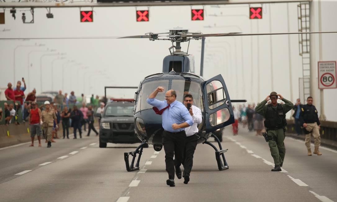 Após a morte do sequestrador, o governador Wilson Witzel desce de helicóptero na Ponte Rio-Niterói comemorando Foto: Fabiano Rocha em 20/08/2019 / Agência O Globo