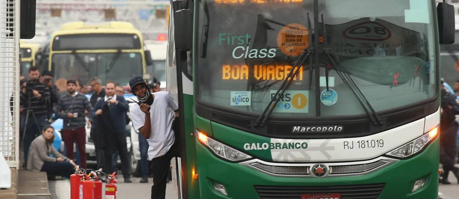 Sequestro foi anunciado às 5h15m no ônibus que diariamente parte do Jardim Alcântara Foto: Fabiano Rocha / Fabiano Rocha