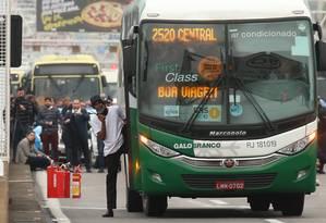 Sequestro foi anunciado às 5h15m no ônibus que diariamente parte do Jardim Alcântara Foto: Fabiano Rocha / Agência O GLOBO