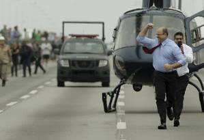 Witzel desceu de helicóptero comemorando após tiros acertarem sequestrador Foto: Gabriel de Paiva / Agência O Globo