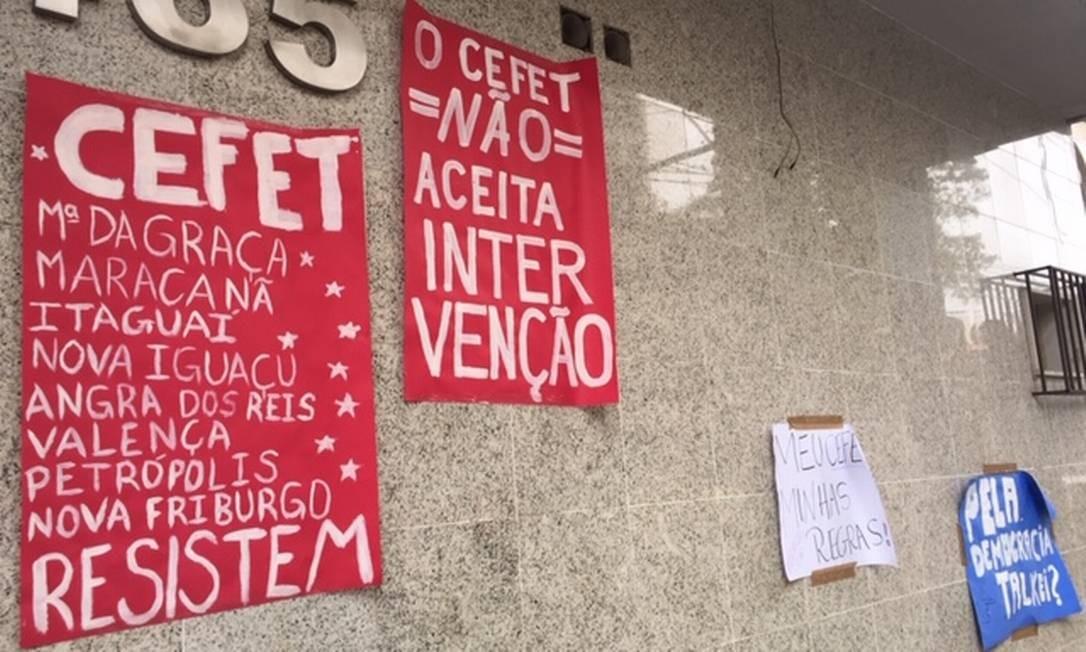 Cartazes espalhados pelo campus do Cefet no Maracanã, no Rio Foto: Agência O Globo