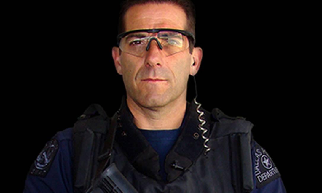 O agente Christian D'Angello, da SWAT, divisão de armas e táticas especiais dos Estados Unidos