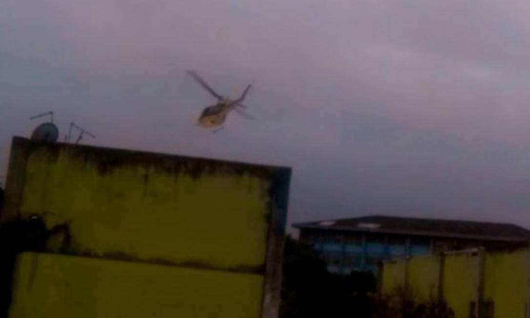 Helicóptero lançou bomba de efeito moral em uma área residencial da Cidade de Deus Foto: Reprodução