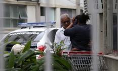 Renata, mãe do sequestrador, passou mal na delegacia e foi consolada por pai de uma das 37 vítimas mantidas refém Foto: Pedro Teixeira / Agência O Globo