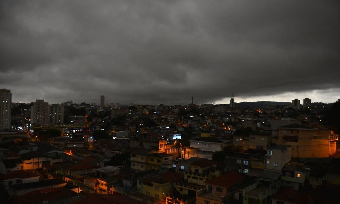 O dia virou noite em São Paulo nesta segunda-feira (19) Foto: Bruno Ulivieri/Ofotográfico / Agência O Globo