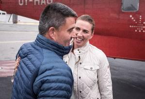 """Primeira-ministra da Dinamarca em visita à Groenlândia, nesta segunda-feira. Governo dinamarquês disse que, apesar do interesse de Trump, território """"não está à venda"""" Foto: RITZAU SCANPIX / REUTERS"""