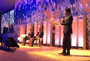 O ministro do Meio Ambiente, Ricardo Salles (sentado, à esquerda), ao lado de Martin Frick, diretor sênior de políticas e coordenação de programas de mudança climática da ONU, e do prefeito de Salvador, ACM Neto (DEM) Foto: Thais Borges / Agência O Globo