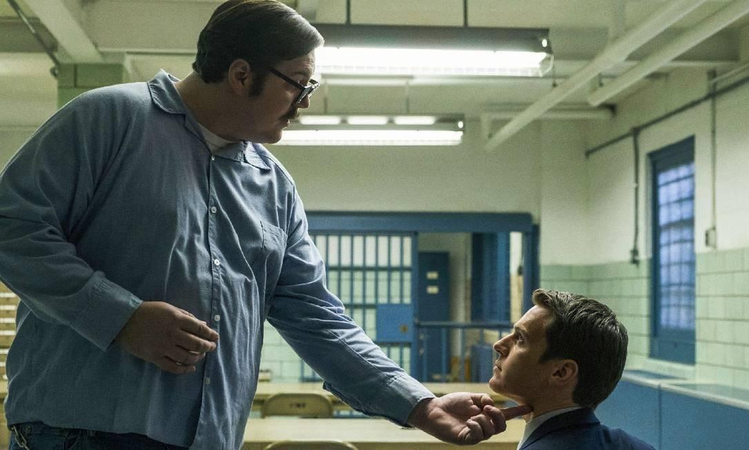 O 'serial killer' Ed Kemper (Cameron Britton), de pé, fala com o agente especial do FBI Holden Ford (Jonathan Groff) Foto: Merrick Morton / Netflix