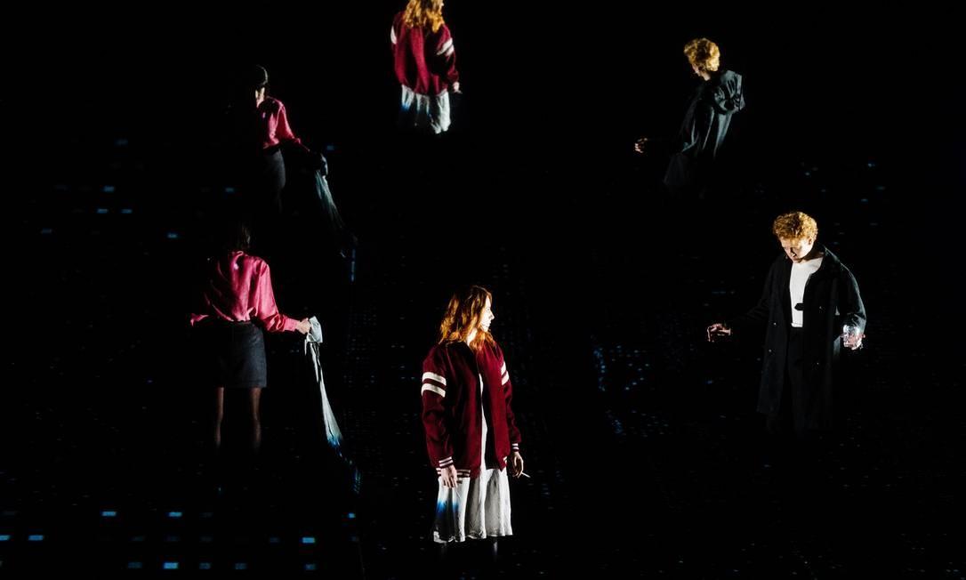 """Carla Salle, Bruna Guerin e Jesuíta Barbosa em cena do musical """"Lazarus"""", dirigido por Felipe Hirsch Foto: Flavia Canavarro / Divulgação"""