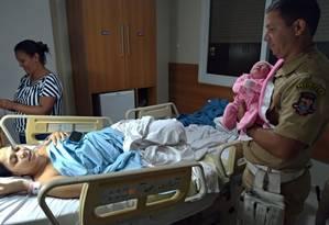 O guarda municipal André Luís Taranto segura a pequena Morena, que nasceu saudável, com 47cm e 2,89 quilos Foto: André Luís Taranto / Arquivo pessoal