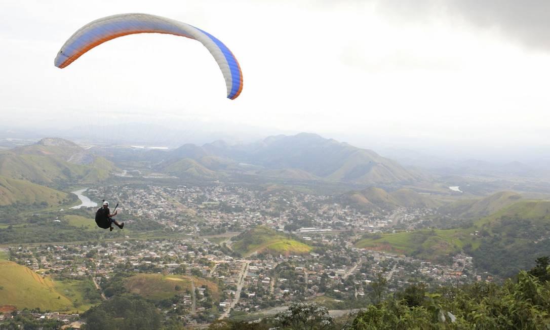 Voo livre no Pico da Coragem, destaque de Japeri, uma das cidades que integram a região turística da Baixada Verde Foto: Roberto Moreyra / Agência O Globo