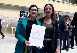 As deputadas chilenas Karol Cariola e Camila Vallejo Foto: Reprodução