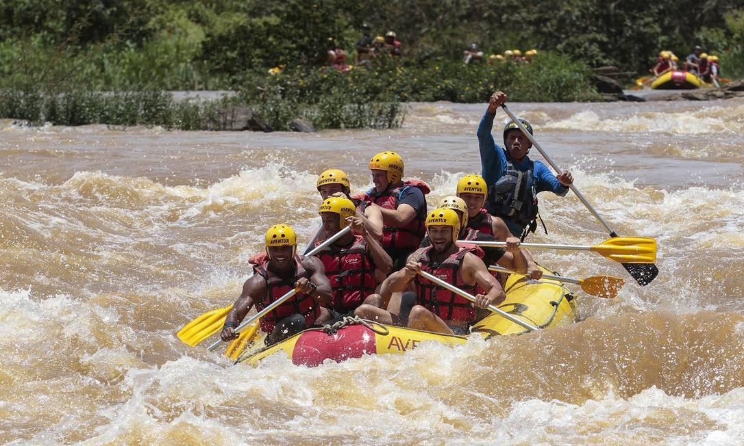 Rafting no Rio Paraibuna, uma das atividades radicais oferecidas em Três Rios, cidade que integra a região turística dos Caminhos Coloniais Foto: Thiago Freitas / Agência O Globo