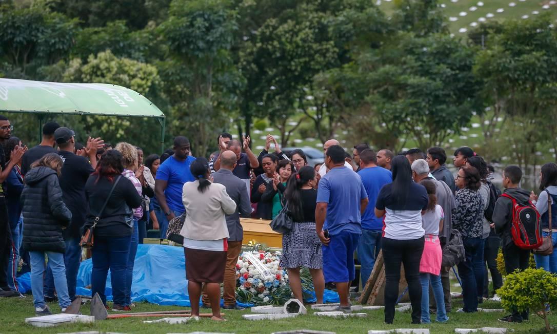 Corpo do sequestrador Willian da Silva foi enterrado sob aplausos de familiares Foto: Marcelo Regua / Agência O Globo
