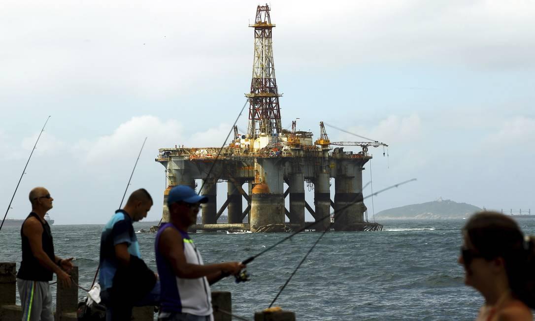 Plataforma de petróleo passa próximo à Pedra do Leme; técnicos do Ibama afirmam que flexibilização de regras retardará reação a vazamentos de óleo Foto: Gabriel de Paiva - 30-10-15