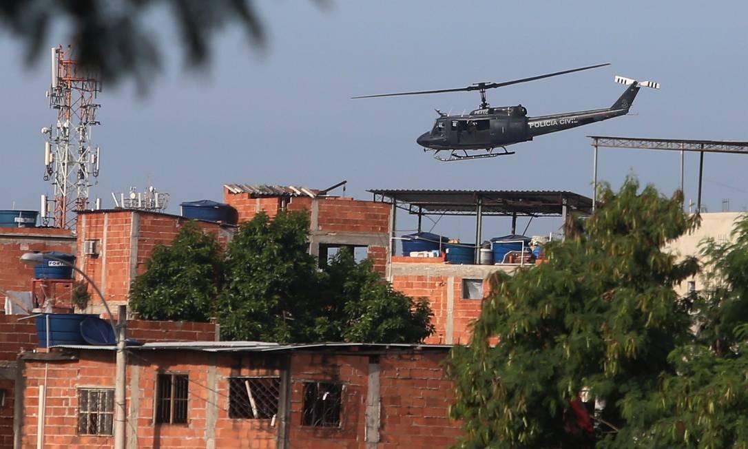 Tensão: helicóptero sobre a Cidade de Deus durante operação, em março Foto: Fabiano Rocha / Agência O Globo