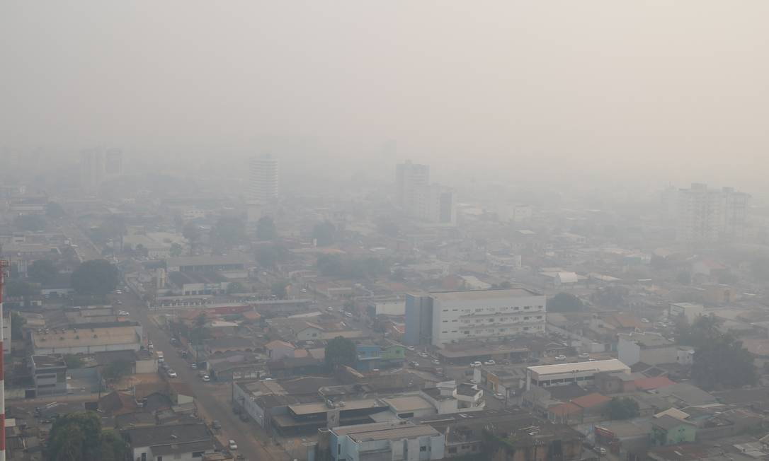 Outra foto do dia 16 de agosto mostra os prédios encobertos pela fumaça das queimadas na região de mata no entorno de Porto Velho (RO) Foto: Roni Carvalho/Diário da Amazônia / Agência O Globo
