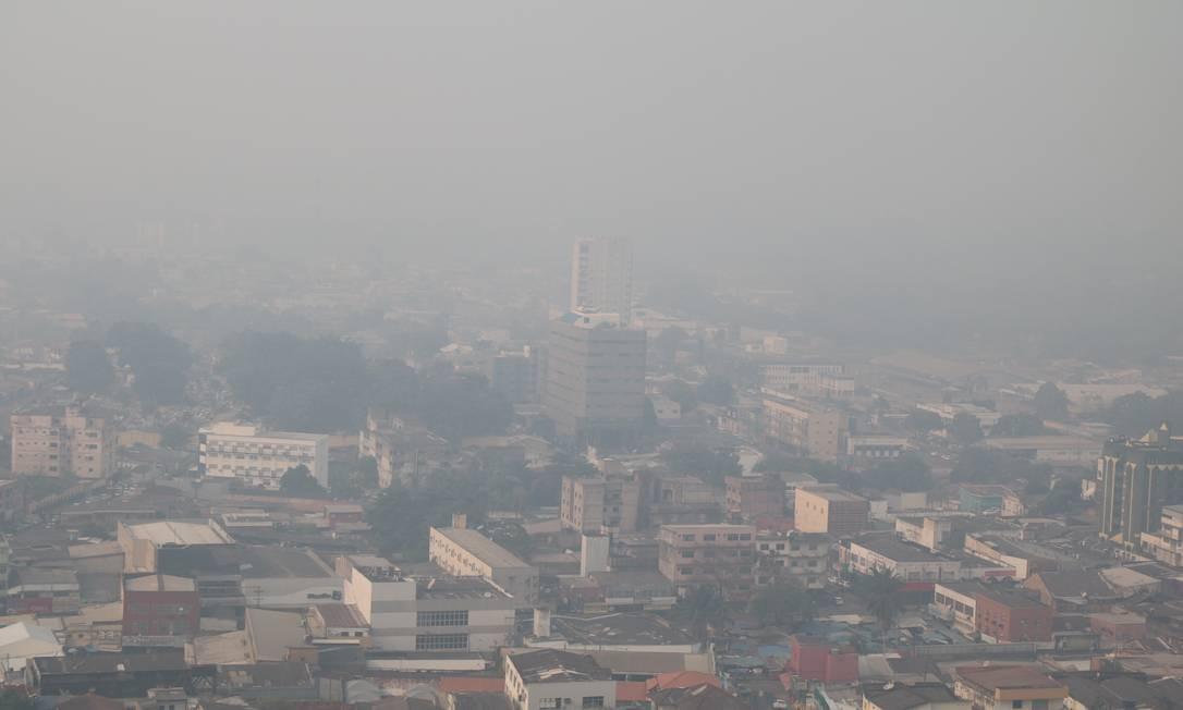 O horizonte da cidade de Porto Velho (RO) encoberto pela fumaça das queimadas na mata Foto: Roni Carvalho/Diário da Amazônia / Agência O Globo