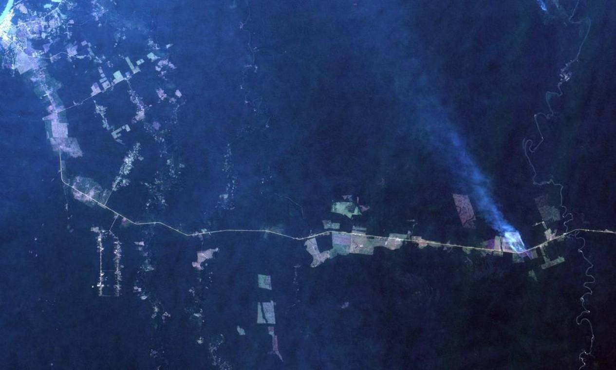 Essa imagem do INPE (18/08) mostra a queimada em outro ponto de Canutama, Amazonas, às margens da Rodovia Transamazônica, próximo ao seu fim em Lábrea. Toda a àrea em tom azulado é devido a fumaça das queimadas. A Rodovia, sem pavimentação, em cor laranja. Floresta em verde escuro. Desmatamentos em verde e marrom claros. À direita da imagem, em azul, corre de Sul a Norte o Rio Mucuim, afluente do Rio Purus Foto: Agência O Globo