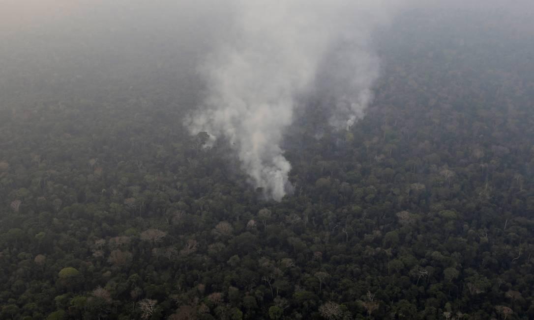 No meio da floresta amazônica, perto de Porto Velho, fumaça de foco de incêndio Foto: UESLEI MARCELINO / REUTERS