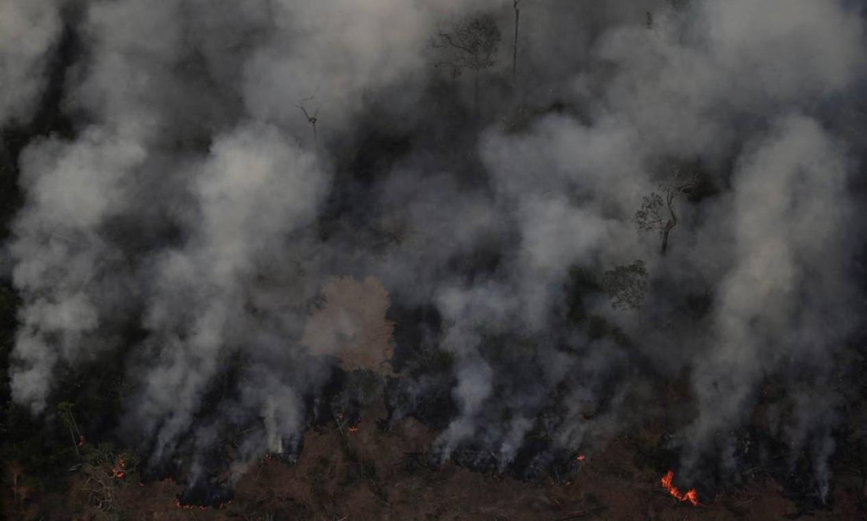 Nuvens de fumaça de queimada (22/08) em uma área da floresta amazônica perto de Porto Velho, Estado de Rondônia. De acordo com dados do Programa Queimadas do Instituto Nacional de Pesquisas Espaciais (INPE), os incêndios na Amazônia respondem por 65,1% do total registrado em agosto no país Foto: UESLEI MARCELINO / REUTERS