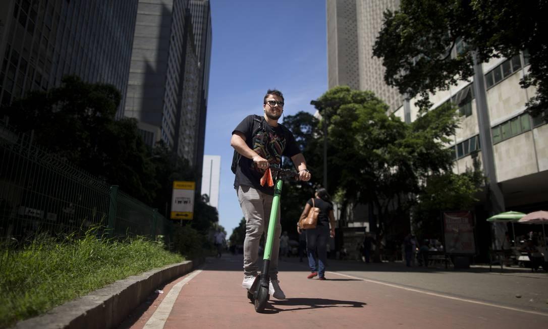 Desde 3 de julho, a cidade do Rio tem legislação específica para o uso das patinetes Foto: Márcia Foletto / Agência O Globo