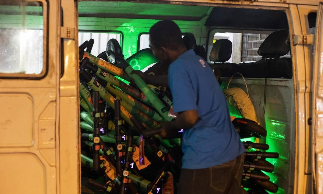 Os carregadores também podem recarregar e fazer a distribuição das patinetes pela cidade Foto: Gabriel Monteiro / Agência O Globo