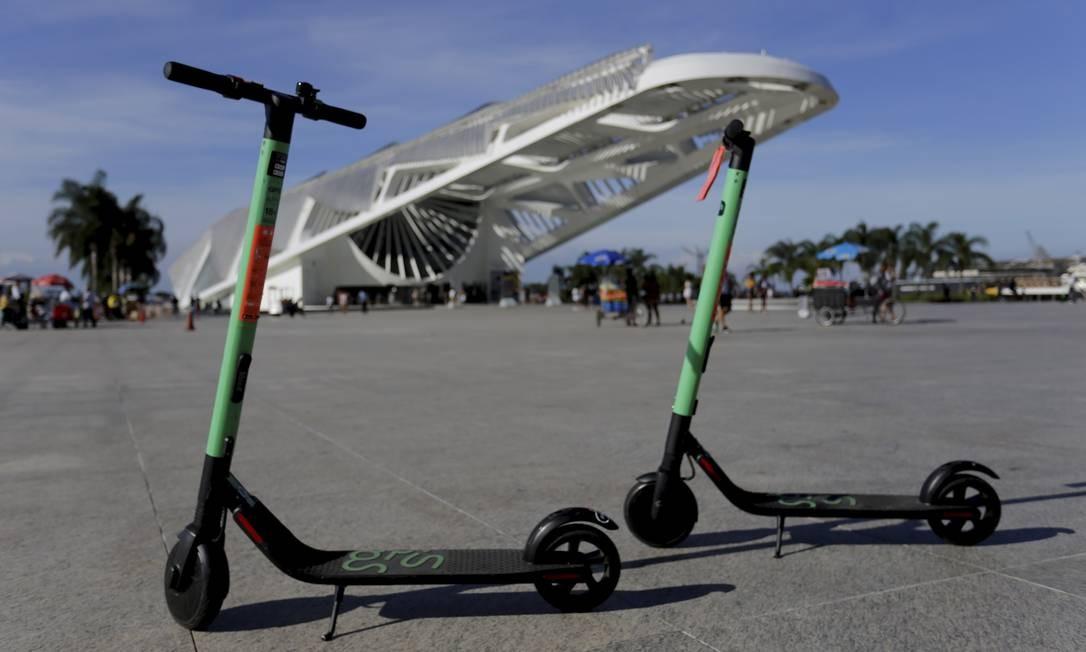 Patinetes estacionadas na Praça Mauá. A norma da prefeitura é que os equipamentos só podem estacionar em calçadas com 2,5 metros ou mais e com distância máxima de 1 metro do meio-fio Foto: Marcelo Theobald / Agência O Globo
