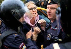 Policiais prendem a política de oposição Lyubov Sobol quando ela chegava a um protesto por eleições livres em Moscou, em 3 de agosto. Ela seria detida novamente uma semana depois Foto: TATYANA MAKEYEVA / REUTERS