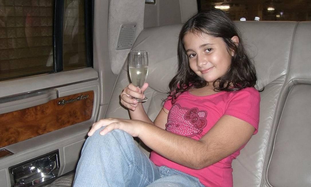A carioca Fabiana Santoro posou para uma fotografia durante uma viagem em família a Disneylândia, em Orlando (EUA) Foto: BBC