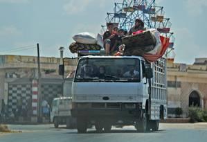 Civis sírios fogem dos combates na província de Idlib, em meio aos bombardeios do governo. Dos 3 milhões de habitantes da região, estima-se que 500 mil tenham fugido, a maioria rumo à Turquia Foto: OMAR HAJ KADOUR / AFP