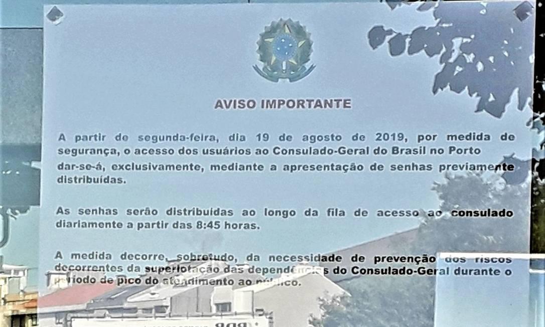 Cartaz na porta do Consulado do Brasil no Porto avisa da necessidade de distribuição de senhas para evitar superlotação: filas também para atendimento nas representações diplomáticas brasileiras Foto: / Gian Amato