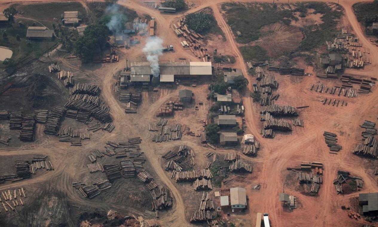 Troncos cortados ilegalmente da floresta amazônica vistos em serrarias perto de Humaitá, Amazonas. O governador do estado, Wilson Lima, reconhece que houve um aumento do desmatamento ilegal Foto: UESLEI MARCELINO / REUTERS